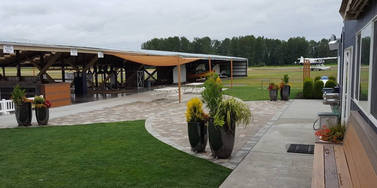 Outside area of Skydive Snohomish with with green grass and picnic area.